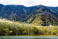 秋の上高地 - 長い木の橋
