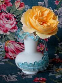 白と青のウラン吹きガラスの花瓶 -  Der Liebling ~蚤の市フリークの雑貨手帖2冊目~