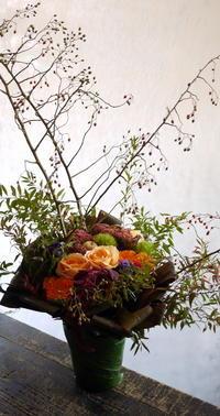 スナックの5周年にアレンジメント。「華やかに」。すすきの0番地にお届け。2018/10/15。 - 札幌 花屋 meLL flowers