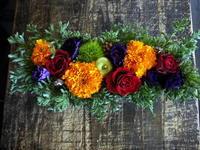 お母様のお誕生日にブリキコンテナアレンジメント。「赤やオレンジ等」。美しが丘4条にお届け。20158/10/18。 - 札幌 花屋 meLL flowers