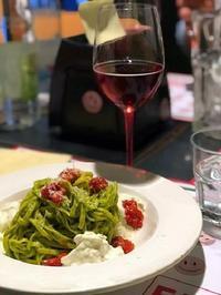 緑白赤3色の具がのったパスタ (Pasta alla burrata) - エミリアからの便り