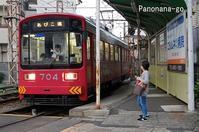 路面電車のはしる街~併用軌道に入る赤い電車~ - ちょっくら、そのへんまで。な日常。