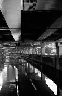 高架下の河川 - そぞろ歩きの記憶