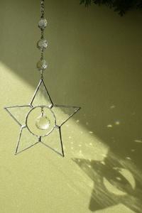 光を楽しむサンキャッチャー - ルームシューズを作るゥ。。ステンドグラスも作る。