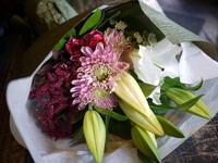 御命日に花束。西区平和1条にお届け。「百合、菊、カーネーションを使って」。2018/10/27。 - 札幌 花屋 meLL flowers