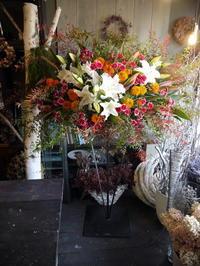 チェロの発表会にステージのスタンド花。札幌市教育文化会館小ホールにお届け。2018/10/28。 - 札幌 花屋 meLL flowers