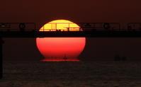 船と夕陽(だるま) - 月の沙漠を