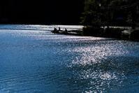 釣り人 - 長い木の橋