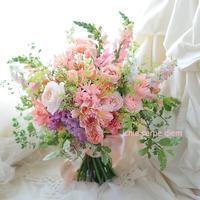 大きなクラッチブーケ 椿山荘東京の花嫁様へ、アプリコットピンクのバラで - 一会 ウエディングの花