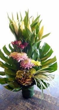 ご葬儀のアレンジメント。室蘭市日の出町の斎場に発送。2018/10/30着。 - 札幌 花屋 meLL flowers