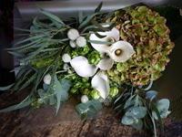 お母様の誕生日に花束。「カラーの白を使って」。南9条にお届け。2018/11/02。 - 札幌 花屋 meLL flowers