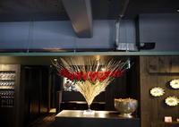 定期的にお取替えしている、イタリアンレストラン「カプリカプリ」さんのアーティフィシャルフラワー(造花)ディスプレイ。2018/11/04。 - 札幌 花屋 meLL flowers
