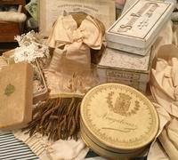 パリの蚤の市から代官山へ*ティン缶や紙箱・食器いろいろ - BLEU CURACAO FRANCE