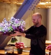 アレックス・カンビ氏のブーケデモ♪ - お花に囲まれて