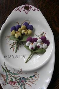 昨日の続きの~葉っぱ付きのビオラのブローチとアゲハの幼虫 - 布の花~花びらの行方 Ⅱ