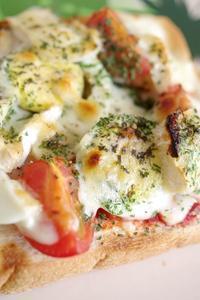 カマンベール追加でダブルチーズの 鶏ハム親子ピザトースト - ミゼットカフェ
