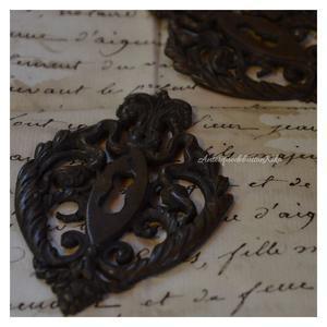 アンティークフランス鍵穴飾り - アンティークドボタンキコ(アンティーク、ヴィンテージ使用アクセサリーetc)