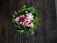 タルト型アレンジメント。横浜から、札幌でのザ・ボーイズ&ガールズさんのライブにいらっしゃって、お店にお立ち寄りくださいました。2018/11/10。 - 札幌 花屋 meLL flowers