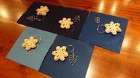 お花モチーフ&小枝ビーズのチャーム作り♪ - 空色テーブル  編み物レッスン