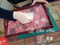 ディプロマ取得コースのレッスン - 猫が見学に…。東京大田区駅前のデコパージュ、ソスペーゾトラスパレンテ(3D)中心のクラフト教室Le Chat Noir(ル シャノワール)