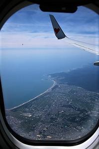 鹿児島へ向かう飛行機の中で、懐かしい鹿児島で過ごした思い出・・・錦江湾に浮かぶ桜島、力強い噴煙 - 藤田八束の日記