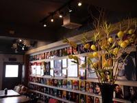 今週のWORLD BOOK CAFEさんは「風船唐綿(フウセントウワタ)とドラゴン柳」。2018/11/17。 - 札幌 花屋 meLL flowers