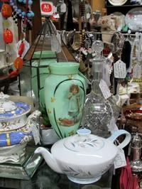 ジェード色ウラン・ガラスのツバメ柄花瓶 -  Der Liebling ~蚤の市フリークの雑貨手帖2冊目~