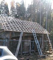 屋根を保護する屋根完成 - 福島県南会津での山暮らしと制作(陶芸、木工)