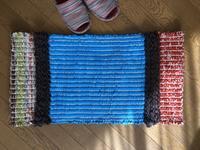フリースの裂き織りマットとミニタペストリーとベルト織り 講習用の見本織ってます。 - 手染めと糸のワークショップ