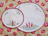 赤い縁の刺繍のドイリー -  Der Liebling ~蚤の市フリークの雑貨手帖2冊目~