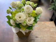 お供えの花贈りは万全?ホワイト系のアレンジ - ルーシュの花仕事