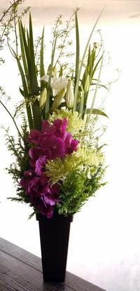 ご葬儀のアレンジメント。南13条の斎場にお届け。2018/11/20。 - 札幌 花屋 meLL flowers