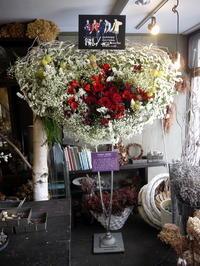 三浦 大知さんのライブに、ファンの方たちからスタンド花。「白ベースに、赤~黒をポイントに」。札幌文化芸術劇場hitaruにお届け。2018/11/25。 - 札幌 花屋 meLL flowers