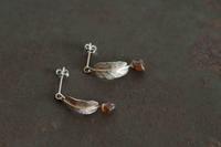 ガーネット葉っぱピアス - 石と銀の装身具