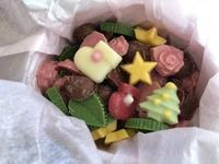 かわいいクリスマスプレゼントとノエル刺しゅうのリボントレイ - y-hygge