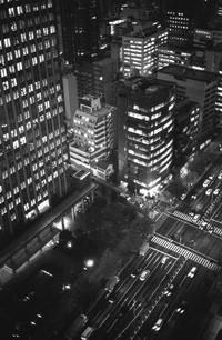 モノクロフィルムで昭和化された平成の灯り - Film&Gasoline