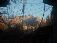 山に薄雪、畑に緑 - 冬青窯八ヶ岳便り