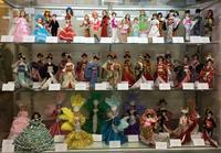 「本多淑人の着せ替え人形の結髪と衣装」クラス作品展示 - ヴォーグ学園心斎橋校ブログ