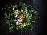 お供えのアレンジメント。「白ベースに淡い色。可愛い感じ。バラも可」。南あいの里にお届け。2018/11/27。 - 札幌 花屋 meLL flowers