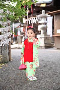 神社でお参り - photo studio コトノハ
