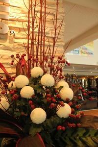 エニタイムフィットネスセンター赤羽北店様定期活け込みの花ちょっとづつクリスマス - 北赤羽花屋ソレイユの日々の花