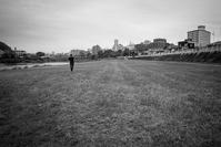 河原を独り占めして走る人 - Film&Gasoline