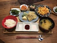 【献立】野菜とカマンベールチーズの天ぷら、じゃがいも・玉ねぎ・人参のかき揚げ、ほうれん草のナムルほか色々 - kajuの■今日のお料理・簡単レシピ■