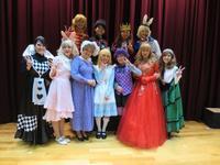 Musical ワンダーランドーアリスと不思議の国ー 内海小学校で公演 - 東 道のきのくに花街道