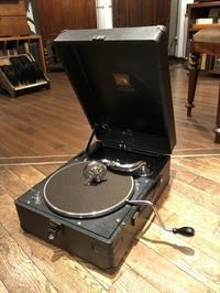 ポータブルモデルのHMV102黒(戦後型)が入荷しました - シェルマン アートワークス 蓄音機blog