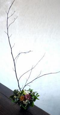 南3西3のビル8階の飲食店の1周年にアレンジメント。「シックな感じ」。2018/12/05。 - 札幌 花屋 meLL flowers