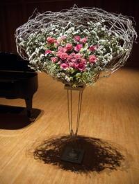 ピアノ発表会のステージ上のスタンド花。「ピンク系」。北広島市芸術文化ホールにお届け。2018/12/09。 - 札幌 花屋 meLL flowers