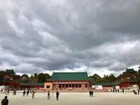 曇天に、朱の神宮殿が映える。 - ライブ インテリジェンス アカデミー(LIA)