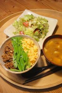 ピリ辛肉そぼろの三色丼〜kameplan CafeのLeftover - 週末は晴れても、雨でも