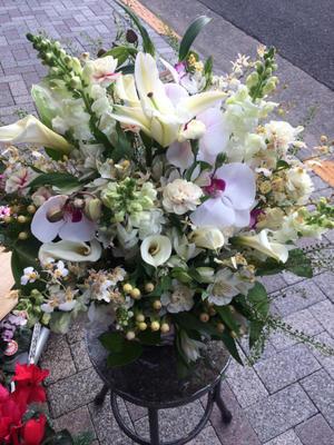 こちらはお悔やみのアレンジメントです。 - 目黒区 都立大の 花屋  moco    花と 植物で楽しい毎日     一人で全力で営業中